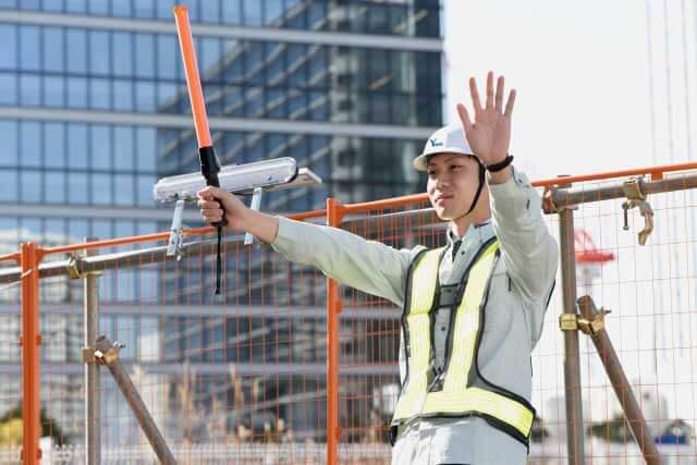 工事中の現場を誘導するガードマン